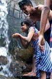 Enfants appréciant et ayant l'amusement avec la cascade de Ravana, Sri Lanka Photographie stock libre de droits