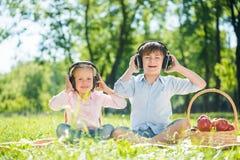 Enfants appréciant la musique Photos libres de droits