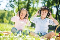 Enfants appréciant la musique Images stock