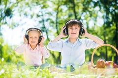 Enfants appréciant la musique Photo libre de droits