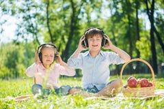 Enfants appréciant la musique Images libres de droits