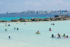 Enfants appréciant la natation à la plage publique image libre de droits