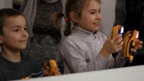 Enfants appréciant le jeu Badine le divertissement Enfants de combat avec le jeu de jeu banque de vidéos