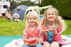 Enfants appréciant le pique-nique tandis que des vacances de camping de famille Image libre de droits