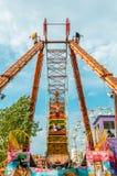 Enfants appréciant le tour de bateau de pirate en parc d'attractions image stock