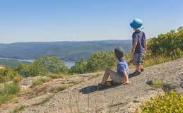 Enfants appréciant Mountain View scénique Photographie stock libre de droits