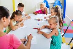 Enfants apprenant à écrire sur la leçon dans la classe d'école primaire Photo stock