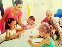 Enfants apprenant à écrire sur la leçon dans la classe d'école primaire Photographie stock libre de droits