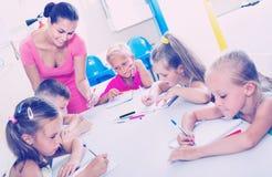 Enfants apprenant à écrire sur la leçon dans la classe d'école primaire Photographie stock