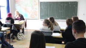 Enfants apprenant dans l'école primaire Élèves s'exerçant, écrivant et discutant dans une salle de classe Enfants étudiant dans l banque de vidéos