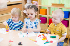 Enfants apprenant des arts et des métiers dans le jardin d'enfants Image libre de droits