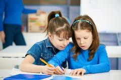 Enfants apprenant à l'école primaire Photographie stock