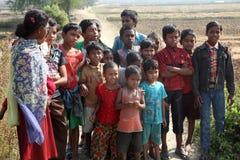 Enfants après support de masse devant l'église dans Baidyapur, Inde photographie stock libre de droits