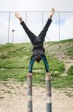 Enfants arabes jouant des sports sur la rue Image libre de droits