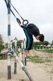 Enfants arabes jouant des sports sur la rue Images stock