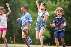 Enfants arrivant à la ligne d'arrivée Image libre de droits