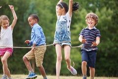 Enfants arrivant à la ligne d'arrivée Photographie stock libre de droits