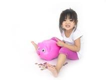 Enfants asiatiques avec la tirelire rose photo libre de droits