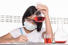 Enfants asiatiques et expériences de la science image libre de droits
