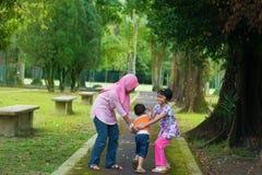 Enfants asiatiques jouant à extérieur Images libres de droits