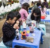 Enfants asiatiques jouant avec des jouets sur un terrain de jeu Images stock