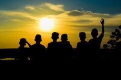 Enfants attendant le coucher du soleil Photographie stock