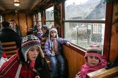 Enfants attendant Santa Claus dans le train Photographie stock libre de droits