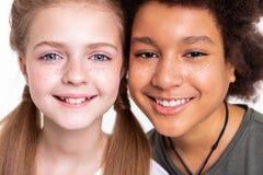 Enfants attrayants paisibles reliant des visages tout en photographiant photos libres de droits