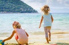 Enfants au bord de la mer Images libres de droits