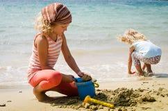 Enfants au bord de la mer Photographie stock libre de droits