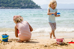 Enfants au bord de la mer Image stock