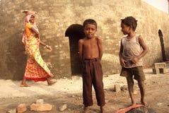 Enfants au Brick-field Photos stock