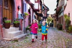 Enfants au centre de la ville historique dans les Frances Photographie stock libre de droits