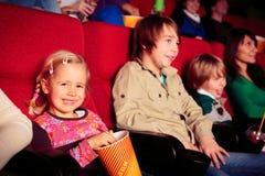 Enfants au cinéma Photographie stock libre de droits