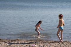 Enfants au jeu de mer Images libres de droits