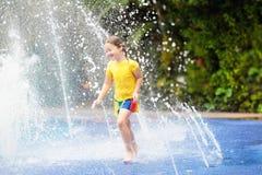 Enfants au parc d'aqua Enfant dans la piscine image libre de droits