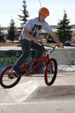 Enfants au parc de vélo faisant des cascades Images libres de droits