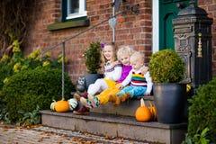 Enfants au porche de maison le jour d'automne Photo libre de droits