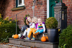 Enfants au porche de maison le jour d'automne photographie stock libre de droits