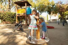 Enfants au secteur de terrain de jeu Photographie stock
