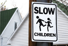 Enfants au signe de pièce Photos libres de droits