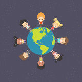 Enfants autour de la terre Photographie stock libre de droits