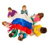 Enfants autour du drapeau de la Fédération de Russie Photographie stock