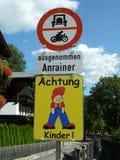 Enfants autrichiens d'attention de signe de croisement de rue photographie stock