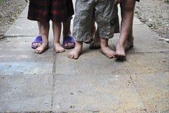 Enfants aux pieds nus Photos stock