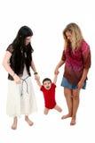 Enfants aux pieds nus jouant avec le garçon d'enfant en bas âge Image stock
