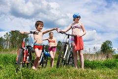 Enfants avec des bicyclettes dehors le jour ensoleillé photo libre de droits