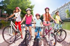 Enfants avec des bicyclettes sur le remblai de la rivière Photographie stock