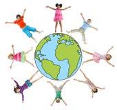 Enfants avec des bras augmentés et le symbole de la terre Images stock