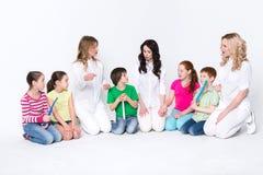 Enfants avec des brosses à dents et des médecins sur le blanc Image libre de droits